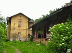 Velký sklad zezadu již vdezolátním stavu, zdroj: www.pjp.cz (2004)